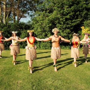 Hula-Dancers-In-Garden